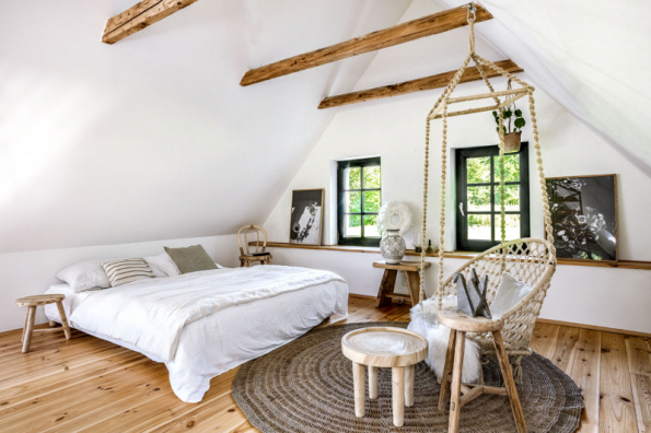 Místo, kde by se Zuzce dobře spalo, musí být nutně vyladěno do jemných barev a nesmí v něm chybět přírodní dřevo. Zavěšené houpací křeslo bylo jedním z prvních kousků zařízení