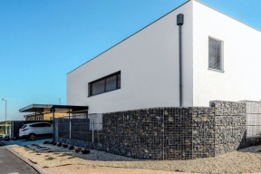 Drátěné koše vyplněné kameny (gabiony) dnes stavebníci rodinných domů nejčastěji využívají jako opěrné či dělicí systémy