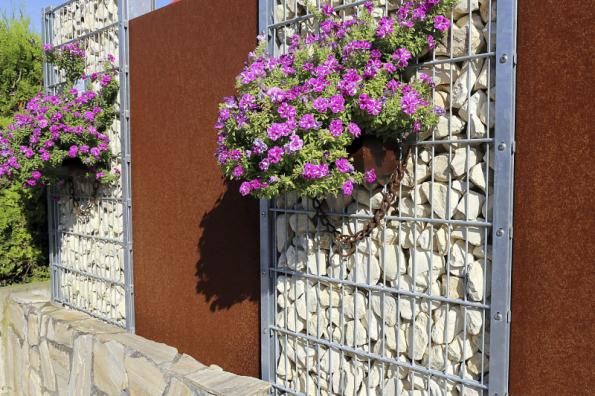 Gabiony mohou také sloužit jako dekorativní prvky, které oživí fasádu, případně poslouží i pro uchycení truhlíků s květinami