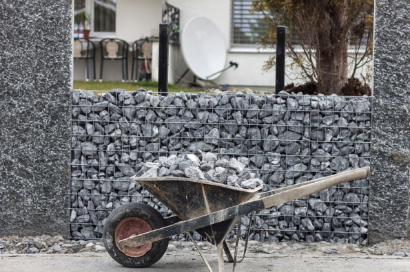 Stavba gabionové zídky - sypání kamenů do gabionů je rychlejší, ale dáte-li si s tím práci a kameny budete ručně usazovat na sebe, bude gabion rozhodně vypadat lépe a bude působit uspořádanějším dojmem