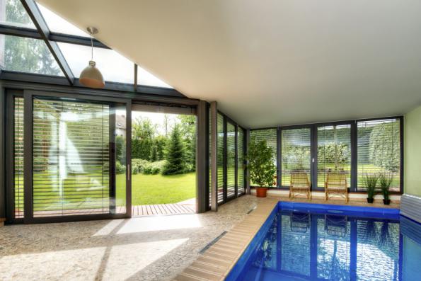 Interiéry s velkým prosklením se zpravidla neobejdou bez předokenní stínicí techniky. V bazénových halách, kde je vysoká vlhkost vzduchu, je zcela nezbytné zajistit trvalé větrání a regulovat vnitřní klima jako celek
