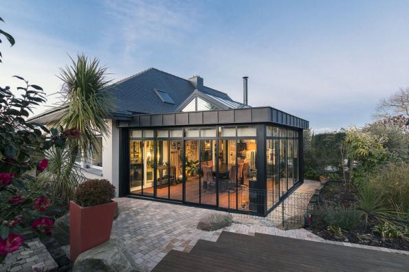 Výhodou systému zimní zahrady Schüco CMC 50 společně s terasovou střechou Schüco PRC 50 je menší počet dílů a větší stupeň prefabrikace modulů (krokví). Výrazně se tím zkracuje doba výroby a snižují náklady (SCHÜCO)
