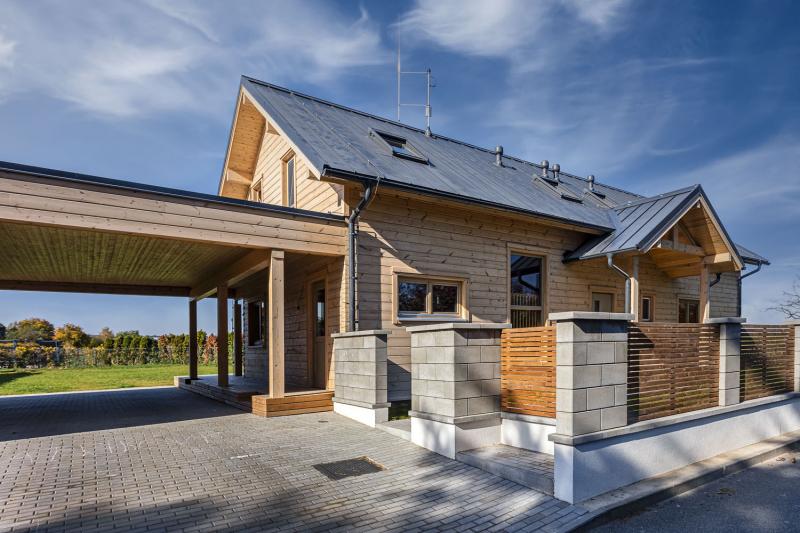 Dům je postavený z jemnoleté finské borovice. Materiál je ověřený téměř půlstoletím výborných zkušeností v náročných klimatických podmínkách
