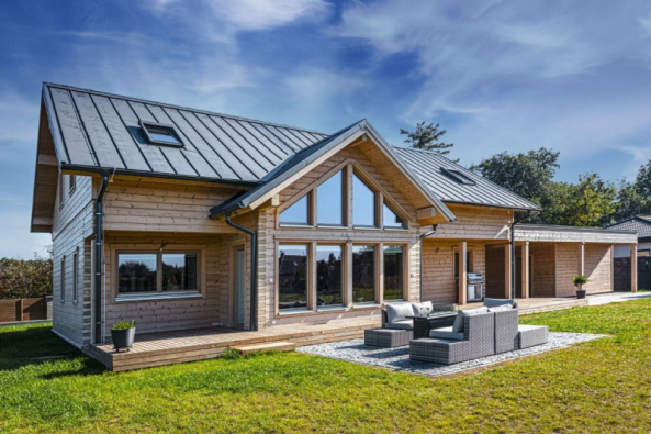 Poloroubený dům je postavený pár kilometrů od Prahy na pozemku na kraji obce. Rodině poskytuje klidný a útulný domov