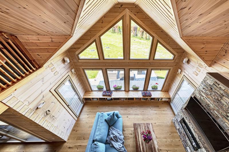 Katedrálový strop domu je otevřený do štítu. Patro, kde jsou umístěny ložnice, splňuje požadavek na soukromí, a přesto zajišťuje propojení domu a úzký kontakt všech členů rodiny