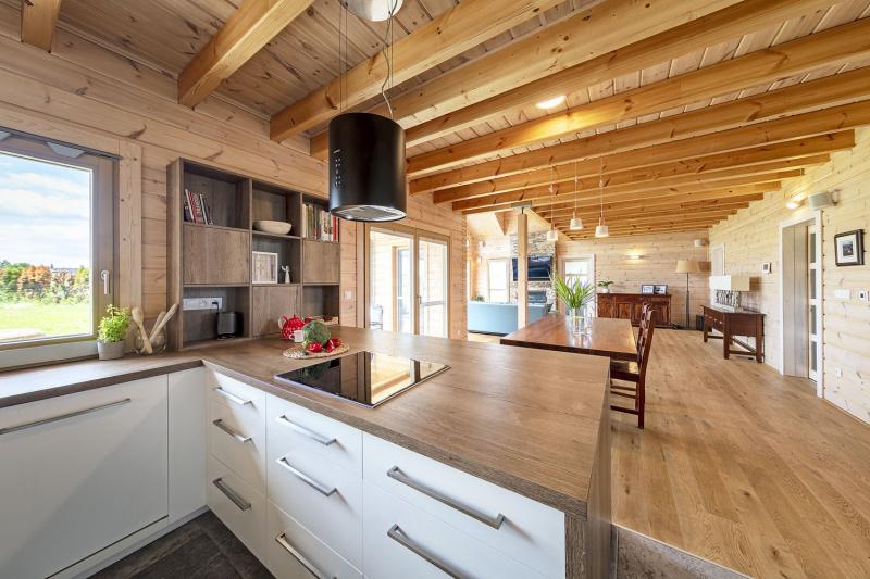 Z kuchyně má majitelka přehled o dění v celém domě. Přes masivní jídelní stůl, který je přivezený z původního bydliště rodiny, vidí až do obývacího pokoje a částečně i do zahrady