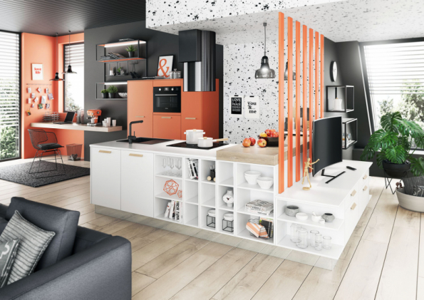 """Řešení z nabídky kuchyňského studia Oresi ukazuje propojení kuchyně a obývacího pokoje. Kuchyňský ostrůvek s dřezem a varnou plochou navazuje na """"televizní"""" sestavu, úložné skříně s troubou a chladničkou stojí samostatně u stěny. Nápad ale berte spíše jako inspiraci do malého nebo atypického bytu (ORESI)"""