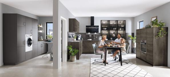 """Velmi praktické je propojení kuchyně s technickou místností, kam lze umístit vše, co kazí """"estetický dojem"""" – pračku, velkou lednici, potravinové skříně atd. Můžete tu žehlit nebo i zpracovávat velkou úrodu ovoce ze zahrady. Vybavení snadno sestavíte z levnějších kuchyňských skříněk (foto ASKO, kuchyň Riva)"""