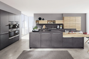 Kuchyň je rozdělena na mycí zónu u stěny (délka 360 cm), varný ostrůvek s integrovaným jídelním stolem (délka 360 cm) a skříňovou sestavu s integrovanými spotřebiči (chladnička, trouby, kávovar – délka 280 cm). Tento princip je velmi praktický a lze jej uplatnit i v menším měřítku. Na fotografii kuchyň Riva ze série Top Line (ASKO nábytek)