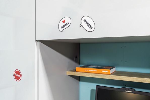 Potřebujetenástěnkua nemáte na ni prostor? Nevadí, protože je možné mít dvířka nábytku (šatní skříně, knihovny apod.) z magnetického kovolaminátu Homapal,kterýlze fixou popisovat, jednoduše stírat a hlavně na něj lze dát magnety