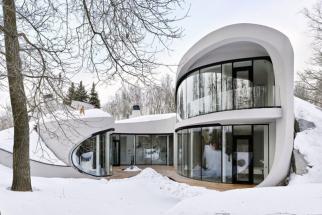 Stavba ve venkovské oblasti v Čechovském okrese, pár kilometru od Moskvy, se inspirovala filozofií organické architektury. Vnitřní prostor přímo přechází v en do přírody a oblé linie stavby jakoby se vzájemně objímaly se stromy na pozemku