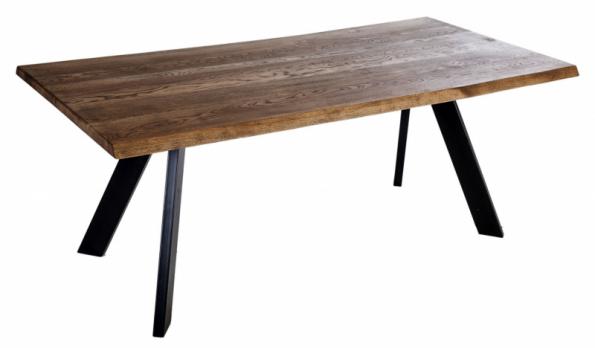 Stůl Wallis ze studia Deco Loco se solidní masivní dubovou deskou a pevnou ocelovou podnoží vynikne v každém interiéru. Nabízí se ve velikostech od 90 x 180 cm do 100 x 240 cm, se 4 typy podnoží a v řadě povrchových úprav od bělené a olejované až po lakovanou dýhu