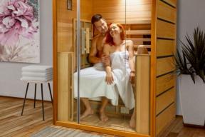 Luxusní infrasauna Pandora s kabinou z exotického cedrového dřeva s elegantním a vzdušným designem. Skleněné průčelí přirozeně propojuje saunu s interiérem v harmonický celek (zdroj: Mountfield)