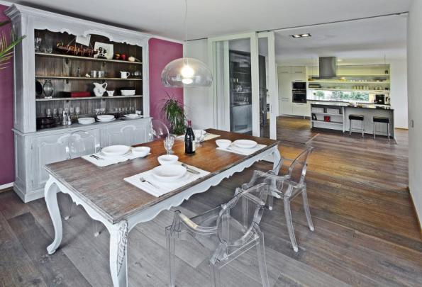 Součástí společného obytného prostoru je jídelna oddělená prosklenou posuvnou stěnou