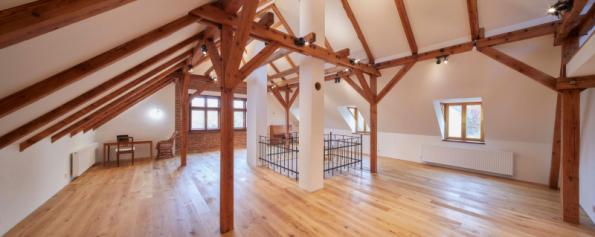 Stará půda rodinného domu vOndřejově nedaleko Prahy se dočkala své dlouho očekávané proměny pomocí sádrokartonu
