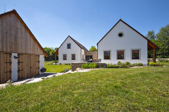 Střechy mají tradiční taškovou krytinu, která je nad černou kuchyní ve stodole doplněna prosvětlovacími taškami pro přirozené osvětlení