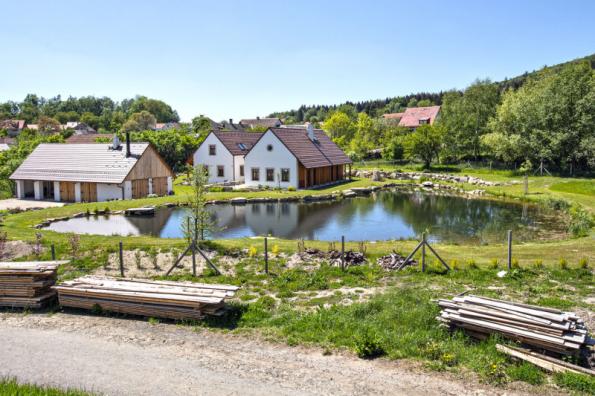 Pohled ze zápraží prostorného obývacího pokoje a pracovny na rybník, ovocný sad a nedaleký les majitelům jistě nezevšední