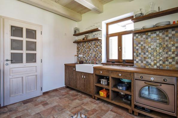 Součástí usedlosti je i samostatně přístupný vejminek o velikosti 1 + kk, který obsahuje kuchyňskou linku v tradičním venkovském stylu