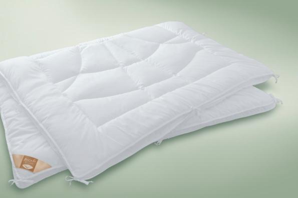 Přikrývka 4 roční období se skládá ze 2 tenčích dek, které se dají použít samostatně nebo spojit do jedné teplejší