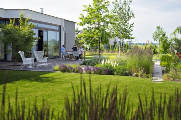 Porosty vytvářejí organické tvary v jinak geometrické kostře zahrady. Použity jsou téměř monokulturní porosty travin, které doplňují bíle kvetoucí trvalkové záhony. Ostatní plochy pod stromy jsou osazeny podrostovými druhy bylin