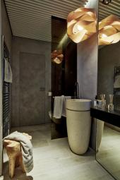 Koupelna plná emocí kombinuje dřevo a kamenné povrchy