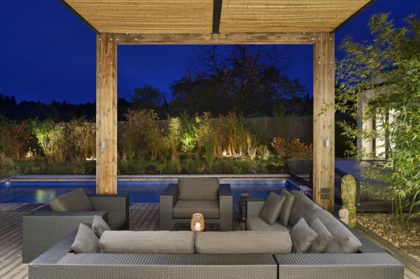 Venkovní terasa u bazénu, vybavená krytým sezením, volně navazuje na hlavní obytný prostor