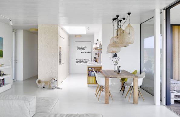 Společná obývací část jako otevřený prostor s maximálním propojením se zahradou. Bydlení plné emocí je charakteristické pro celou tvorbu architekta Michala Kunce a jeho týmu