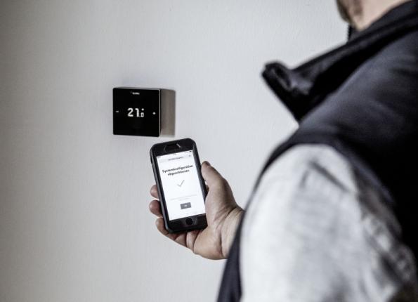 Termostat NEA SMART 2 je programovatelný rovněž na dálku pomocí chytrého telefonu nebo počítače (zdroj: REHAU)