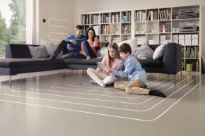 Plošný systém podlahového vytápění je založen na principu předávání tepla sáláním, přičemž typické jsou nízké povrchové teploty a rovnoměrné rozložení teplot vmístnosti, což přispívá ke zdravému interiérovému prostředí (zdroj: REHAU)