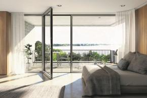 Bezbariérové balkonové a terasové dveře Schüco AWS (Aluminium Window System) jsou vybaveny zapuštěným prahem, který umožňuje přechod mezi vnitřním a venkovním prostorem bez rizika zakopnutí. Těsnění prahu se zpožděným hydraulickým spouštěním zajišťuje snadné zavírání a kování Schüco v rámu křídla umožňuje snadné ruční ovládání (zdroj: Schüco CZ)