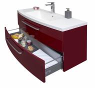 Detail otevřené zásuvky lakované umyvadlové skříňky z designové řady Brio. Pro tuto řadu jsou charakteristické oblé tvary, výrazná rudá barva a velkorysý úložný prostor (DŘEVOJAS)