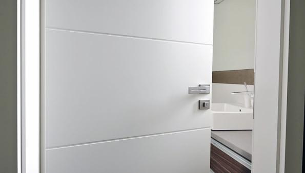 Dveře do koupelny musí odolávat vlhkosti, proto je vhodné použít dveře s CPL laminátem (VEKRA)