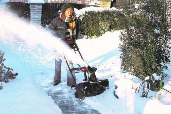 Čerstvě napadaný sníh na betonové cestě nebo dlážděném dvoře je pro elektrickou sněhovou frézu Toro Powercurve 1800 hračka. Více na www.mountfield.cz