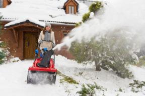 Odhoz sněhu z přístupové cesty hladce zajistí jednostupňová benzinová sněhová fréza Toro Quick Clear CCR 6053 R, více na www.mountfield.cz