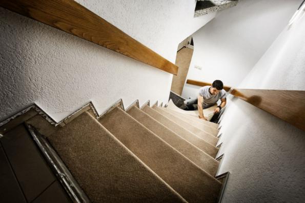 Renovace schodiště - pokládka koberce (zdroj: Hornbach)