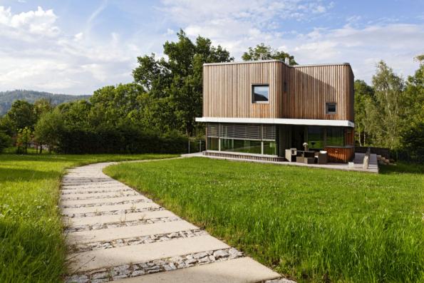 1. místo získal dům se soutěžním kódem D10, autorem návrhu je Ing. arch. MgA. Michal Valert. Netradiční půdorys připomíná tvar čtyřlístku. Pod zaobleným obložením ze sibiřského modřínu se ukrývá cihlové zdivo Porotherm