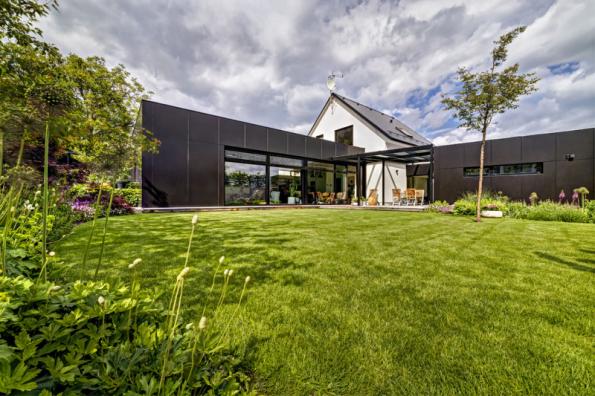2. místo získal dům se soutěžním kódem R06, který navrhli architekti z ateliéru Mio Architects. Přístavby dodaly švih a prostor