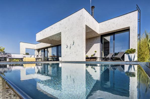2. místo získal dům se soutěžním kódem N13, autory návrhu jsou Ing. arch. Martin Hlaváček a Lenka Hlaváčková Schubertová. Dům je nevšední jak vnější architekturou, tak vnitřním, velmi otevřeným uspořádáním téměř bez dveří