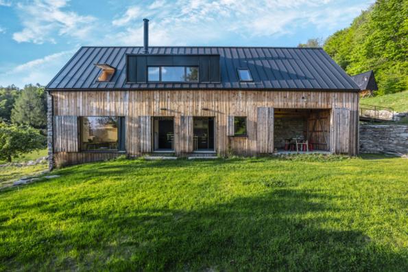 3. místo získal dům se soutěžním kódem R12. Navrhli architekti z ateliéru A1 Architects. Přestavba staré stodoly zachovala původní hmotu i materiály a pomocí můstku nápaditě spojila podkroví s lesem