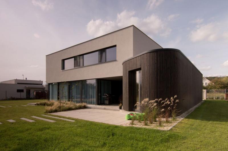 Vila v Černošicích – strohému minimalismu oblý prvek sluší