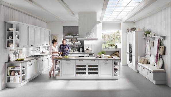 Pro velkou rodinu, která ráda společně vaří, je ideálním řešením velká obytná kuchyně. Například série York z nabídky ASKO Nábytek obsahuje i lavice na sezení a skříňky s univerzálním využitím