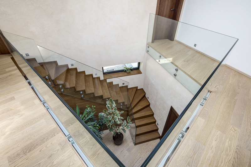 Komunikačním jádrem domu je hala s otevřeným schodištěm vedoucím na galerii. Zábradlí ze dvou vrstev čirého kaleného skla propouští světlo, nechává vyniknout dynamický profil schodiště a detaily ukotvení dokreslují moderní high -tech design