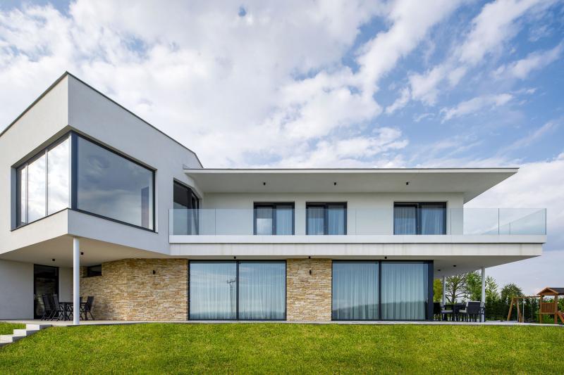 Nejatraktivnějším architektonickým detailem je předsazené nároží s proskleným rohem, podepřené subtilním sloupkem. Tento prvek dává hmotě domu dynamiku zároveň s lehkostí