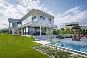 Architektonický koncept charakterizují jednoduchost, daná elementárními tvary a hladkými fasádami, a transparentnost, kterou přinášejí do vínku prosklené plochy a zábradlí z čirého kaleného skla. Ta umožňují maximální výhled z interiéru do krajiny