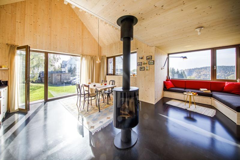 Téměř v každém koutě interiéru je vytvořeno místo vhodné k posezení se šálkem kávy, sklenkou vína či dobrou knihou a k rozjímání při pohledu do krajiny. Platí to i o navazující terase