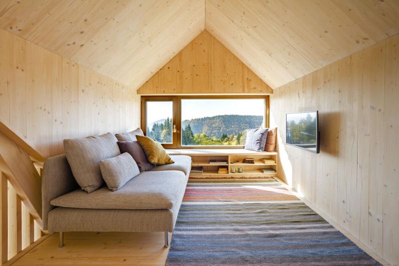 V patře je v jednom z rizalitů umístěn televizní kout, v tom druhém na opačné straně domu je postel s úložným prostorem
