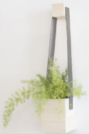 Se závěsným květináčem působí stěna více plasticky a ne tak ploše
