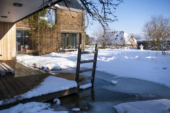 Koupací jezero můžete na rozdíl od bazénu využívat celoročně. V létě ke koupání, v zimě coby ochlazovací bazének při saunování a na jeho zamrzlé ploše se děti naučí bruslit