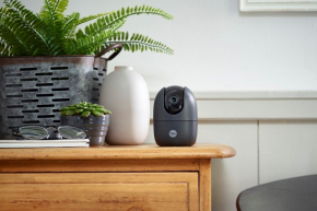 Interiérová Wi-Fi kamera Pan & Tilt značky Yale