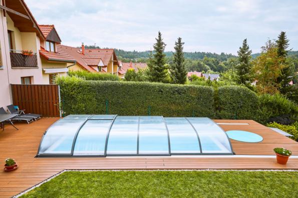 Údržbu vody v bazénu významně usnadní instalace zastřešení, které zabrání spadu listí z okolních stromů i nečistot unášených větrem. Zastřešení současně přispívá k ohřevu vody v bazénu (ALBIXON)